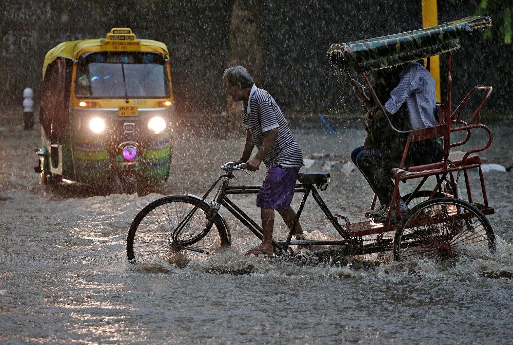 Индиянын борбору Нью-Дели шаарындагы нөшөрлөгөн жаандын кесепети. Анын кесепетинен Ганг дарыясы нугунан чыгып, 300 кишинин өмүрүн алган. Ошондой эле айыл-чарба жерлери, айдоо аянттары жабыр тарткан