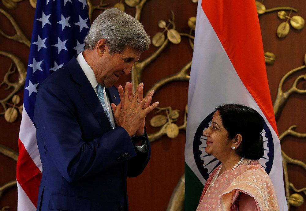АКШнын мамлекеттик катчысы Жон Керри Индиянын Тышкы иштер министри Сушма Сварадж менен саламдашууда. Нью-дели, Индия