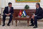 Премьер-министр Кыргызской Республики Сооронбай Жээнбеков и премьер-министр Республики Узбекистан Шавкат Мирзеёв во время встречи в Ташкенте. Архивное фото