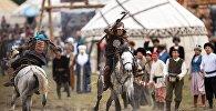 Всадники на лошадях с мечами. Архивное фото