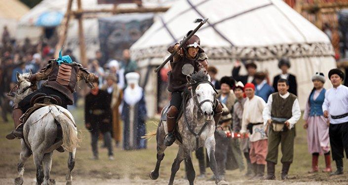 Всадники на лошадях во время театрального шоу в рамках ВИК на джайлоо Кырчын. Архивное фото