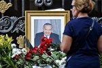 Женщина у посольства Узбекистана в Москве. Президент Узбекистана Ислам Каримов скончался 2 сентября 2016 года на 79-м году жизни. Архивное фото