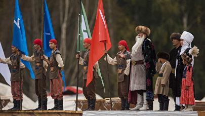 Артисты во время театрального шоу в рамках Всемирных игр кочевников на джайлоо Кырчын. Архивное фото