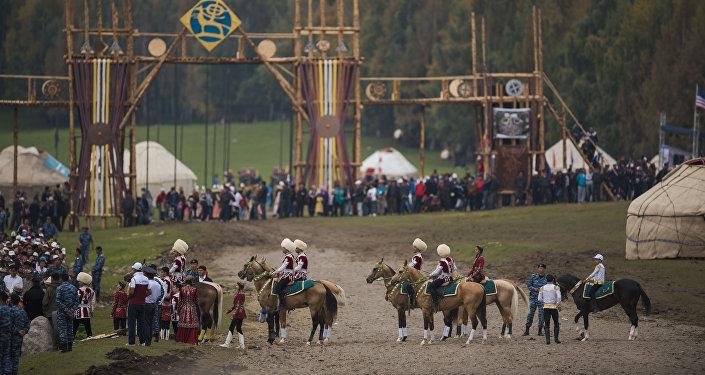 Всадники на ахалтекинских конях на Культурных мероприятиях в рамках Всемирных игр кочевников на джайлоо Кырчын