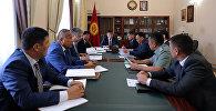Премьер-министр Кыргызстана Сооронбай Жээнбеков провел рабочее совещание по ситуации, сложившейся вокруг горы Ункур-Тоо