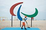 Рабочий подметает площадь перед открытием летних паралимпийских игр 2016 на пляже Копакабана в Рио-де-Жанейро