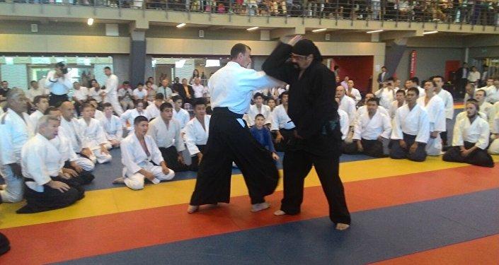 Известный актер и мастер боевых искусств Стивен Сигал провел мастер-класс по айкидо для спортсменов из Кыргызстана