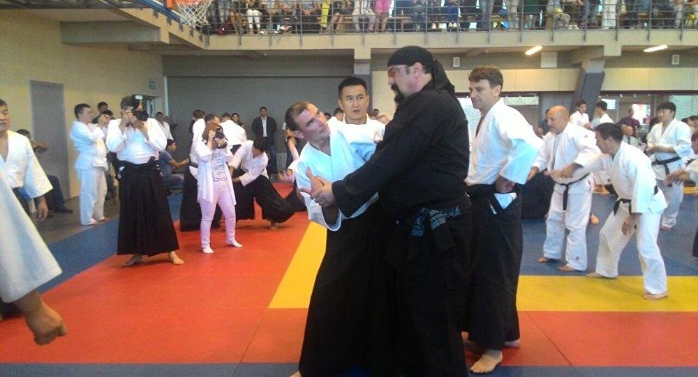 Известный актер и мастер боевых искусств Стивен Сигал во время мастер-класса по айкидо для спортсменов из Кыргызстана