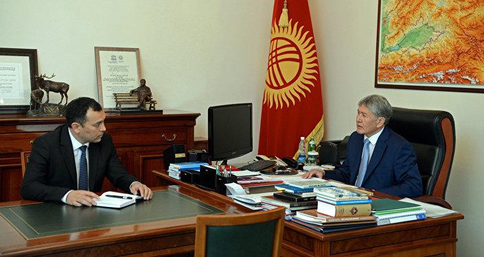Президент КР Алмазбек Атамбаев во время встречи с секретарем Совета обороны Темиром Джумакадыровым. Архивное фото