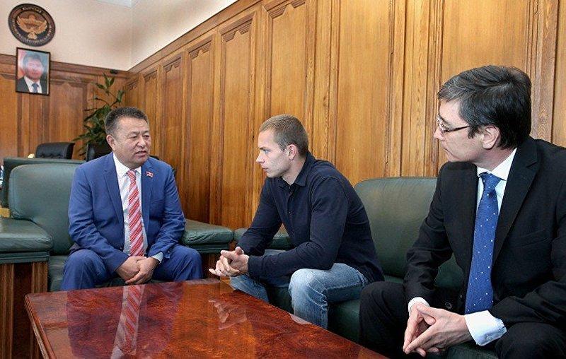 МЧС Киргизии наградило гражданинаРФ Юрия Лугвина заспасение людей напожаре
