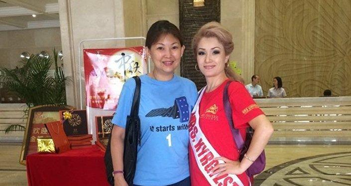 Аалам айымы-2016 эл аралык сынагында Кыргызстандан барган Наргиза Осмонова(оңдо) Миссис Бизнесвумен номинациясына ээ болду
