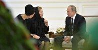Россия президенти Владимир Путин Өзбекстандын президенти Ислам Каримовдун жесири менен кызына көңүл айтты.