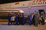Сотрудники МЧС КР выгружают тела погибших кыргызстанок в пожаре в Москве доставленные спецрейсом