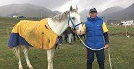 Обладатель первого места на скачках в в рамках II Всемирных игр кочевников лошадь Ак кула и его наездник Жеңиш Батыркулов