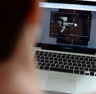 Ноутбукта кино көрүп жаткан адамдын архивдик сүрөтү