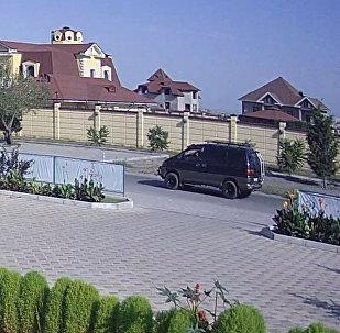 Стоп-кадр из видео камер видеонаблюдения, запечатлевшая проезжающий в сторону дипмиссии автомобиль Mitsubishi Delica