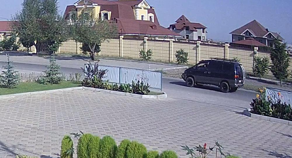 Бишкек шаарындагы Кытай элчилигинин дарбазасын сүзүп, теракт жасаган автоунаа Mitsubishi Delica. Видеодон алынган стоп-кадр.