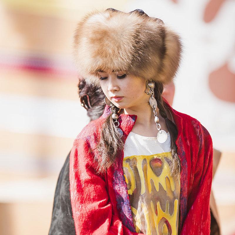 Девушка в национальной одежде на Вторых всемирных играх кочевников