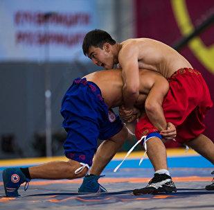 Участники соревнований по национальным видам борьбы. Архивное фото