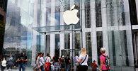 Покупатели у входа в фирменный магазин Apple. Архивное фото