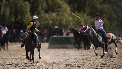 Спортсмены из Кыргызстана и Турции на турнире по джириту (метание копья верхом на лошади) на Всемирных играх кочевников. Архивное фото