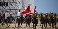 Спортсмены из Кыргызстана и Турции на турнире по джириту (метание копья верхом на лошади) на Всемирных играх кочевников