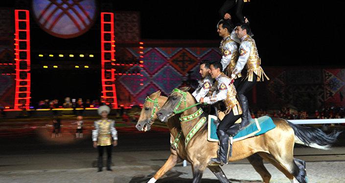 Туркменские всадники показывают трюк на ахатекинских конях во время торжественного открытия Вторых Всемирных игр кочевников в Бактуу Долоноту. Архивное фото