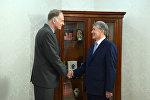 Президент Алмазбек Атамбаев принял эксперта-докладчика ПАСЕ по Кыргызстану Алена Дестекса.