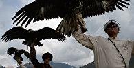 Участники с беркутами во время игр салбурун в этногородке в ущелье Кырчын Иссык-Кульской области в рамках II Всемирных игр кочевников. Архивное фото