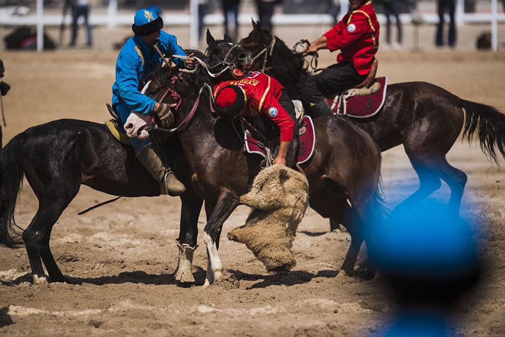 Улакты эңип бараткан кыргыз жигит