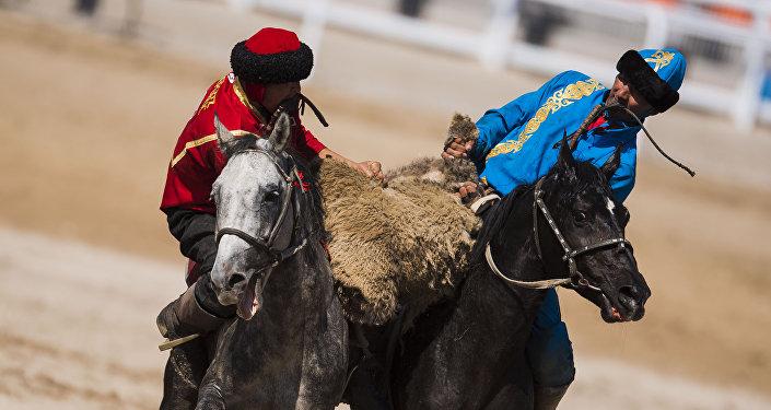 Кыргызстан менен Казакстандын көк бөрү боюнча спортчулары. Архивдик сүрөт