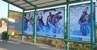 Рисунки дизайнера Урмата Мырзабекова из эпоса Манас на остановках Бишкека