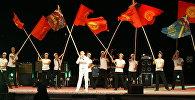 Выступление артиста на сцене во время церемонии закрытия Всемирных игр кочевников на ипподроме в Иссык-Кульской области