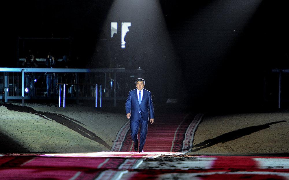 Өкмөт башчы Сооронбай Жээнбеков Дүйнөлүк көчмөндөрдүн II оюндарын 2018-жылга чейин жабык деп жарыялоо үчүн сахнага чыгып келе жатат