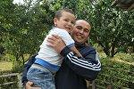 Задержанный сотрудниками МВД РУз на Унгар-Тоо сотрудник станции Кербен-24 Нурбек Усупбаев с сыном после освобождения