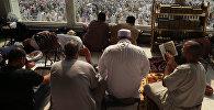 Паломники в читают молитву в Мечети Кааба в Мекке. Архивное фото