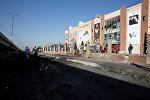 Сотрудники полиции на месте взрыва возле торгового центра в Багдаде
