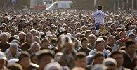 Мусульмане во время праздника Курбан-Байрам на старой площади в Бишкеке. Архивное фото