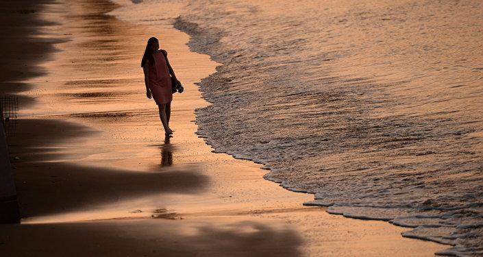Девушка гуляет на берегу озера. Архивное фото