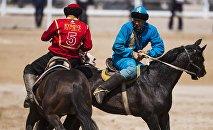 Кыргызский и казахский игрок в кок бору во время матча на вторых Всемирных играх кочевников. Архивное фото