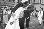 Медсестра Грета Циммер Фридман и моряк Джордж Мендос целуются на на Таймс-сквер в Нью-Йорке в день победы над Японией в 1945 году. Архивное фото