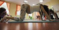 Архивное фото женщин, которые делают занятия в клубе беременных мам