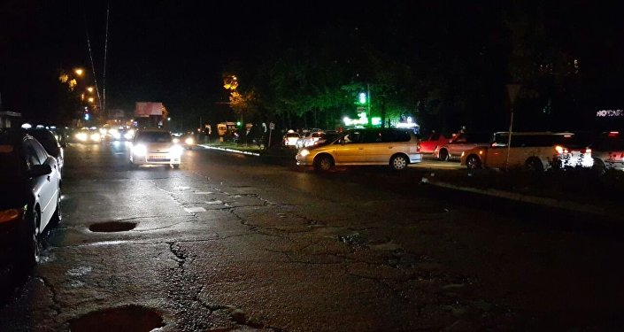 Күбөлөрдүн айтымында чыгыштан батышты карай бараткан 30 жаштагы айдоочу Mazda 323 үлгүсүндөгү машинасы менен аялды коюп кеткен.