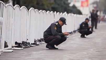 Сотрудники милиции во время праздничного Айт-намаза, посвященного Курман айту на Старой площади Бишкека. Архивное фото