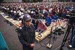 Сотрудник милиции во время праздничного Айт-намаза, посвященного Курман айту на Старой площади Бишкека. Архивное фото