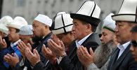 Архивное фото премьер-министра Кыргызстана Сооронбая Жээнбекова во время Айт-намаза в Бишкеке