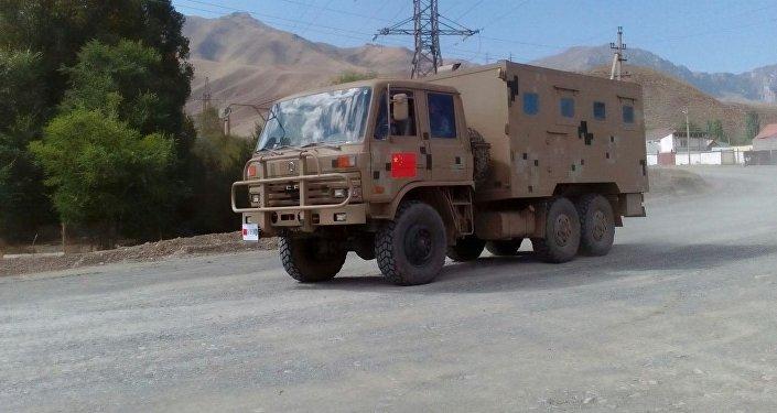 Колонна китайской военной техники ранним утром пересекла границу Кыргызстана в Нарынской области и едет в Балыкчи для принятия участия в учениях ШОС Мирная миссия — 2016