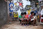 Индийские дети в художественной школе в трущобах в западной части Нью-Дели
