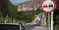 Дорожный знак Обгон запрещен на трассе. Архивное фото