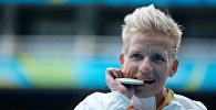 Спортсменка из Бельгии Марике Верворт во время церемонии награждения на паралимпийских играх в Рио-Де-Жанейро